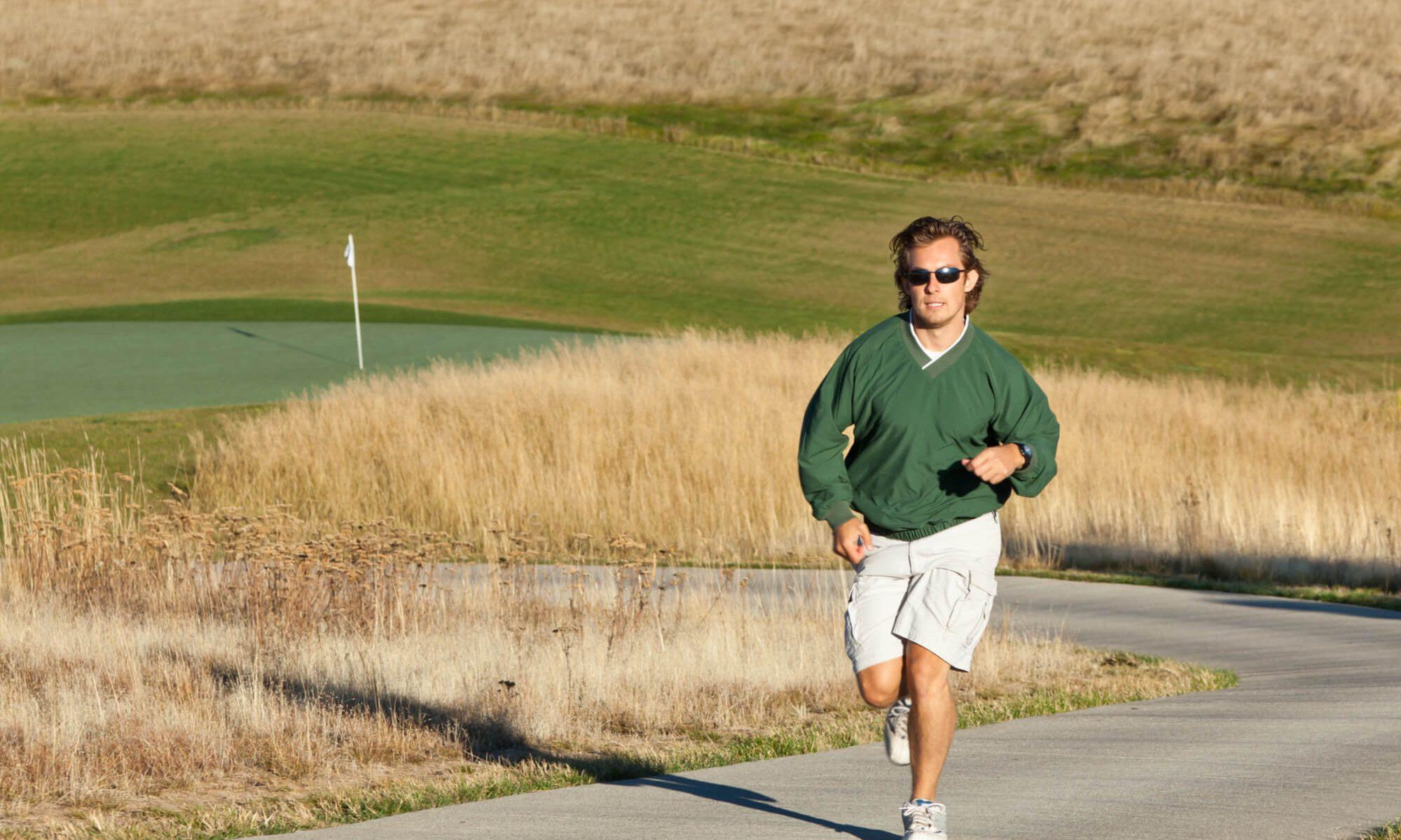 Courir autour d'un golf